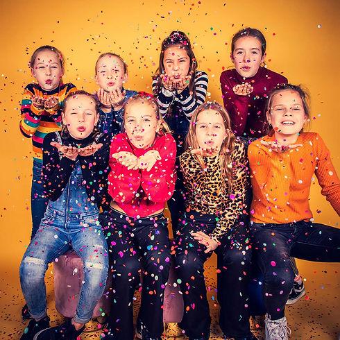Kinderfeestje fotoshoot. Voor het leukste kinderfeestje boek je een fotoshoot bij Studio86 in Alphen aan den Rijn. Deze 8 jonge dames zijn gefotografeerd op een roze achtergrond waardoor er een sprankelende, opvallende foto van deze vriendinnetjes ontstaat. Boek jouw kinderfeestje fotoshoot nu via info@studio86.nl