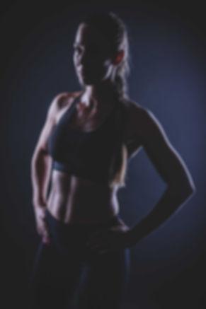 Ben jij een fitgirl met een killerbody en zou je dit graag eens op een stoere en creatieve manier willen laten vastleggen? Studio86 maakt creatieve foto's waardoor jij extra stoer naar voren komt. Deze fitgirl is gefotografeerd tijdens een sport fotoshoot waarbij zij haar kickboks moves liet fotograferen.  After work out photo made in a photostudio. Here you see a young woman who just finished her kickboxing lesson and wears a top so you can see her sweating.