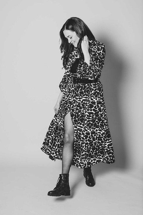 Voor een spontane fotoshoot ga je naar de fotostudio van Studio86. Hier zie je een lachende dame in een jurk lopen. Deze zwartwit foto straalt spontaniteit en blijdschap uit. Wil jij ook een fotoshoot boeken in Alphen aan den Rijn? Deze spontane fotograaf helpt jou graag aan een mooie fotoreportage van bijv. een glamour fotoshoot.