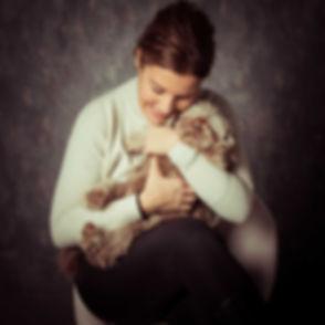 Fotoshoot hond met baasje. Wat een lieve foto van dit baasje die haar hondje aan het knuffelen is. Ben jij ook opzoek naar een hondenfotograaf? Deze goede fotografe is gespecialiseerd in hondenfotografie en maakt graag een mooie portretfoto van jou en jouw hond.
