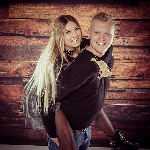 Deze spontane liefdes foto is gemaakt tijdens een loveshoot. Dit jonge verliefde stel heeft deze foto laten maken bij een hippe fotostudio in Zuid Holland. Wil jij ook spontane, gezellige en originele koppelfoto's laten maken? Dan raad ik je aan om een love shoot te boeken bij Studio86.