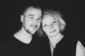 Stoere zwart wit foto van een liefdes koppel gemaakt tijdens een love fotoshoot in de fotostudio van vrouwelijke fotograaf Nikki Hoff.  Close up portrait photo of a love couple. Black and white photography by professional photographer Nikki Hoff.