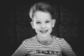 Deze toffe zwart wit portretfoto is gemaakt in de fotostudio van bekende fotografe Nikki Hoff. Zij is gespecialiseerd in portretfotografie. Niet alleen fotografeert ze volwassenen maar is ze ook kinderfotograaf.  Headshot of a young boy. If you want a nice portrait photo of your son you can go to Studio86.