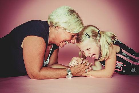 Deze moeder/dochter foto is gemaakt op een licht roze doek waardoor hij lekker meisjes achtig word. Ook zijn er vele andere achtergronden beschikbaar die we kunnen inzetten voor de fotoshoot.  Mother and daughter photoshoot. Laughing people.