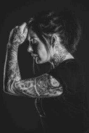 Zwart wit tattoo foto. Tattoo in nek en op arm. Sleeve. studiofotgrafie.