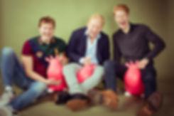 Wil jij een fotoshoot kado geven? Geef dan een cadeaubon van Studio86, de leukste fotostudio van Nederland! Nikki is een goede fotografe die zich richt op portretfotografie. Haar studio beschikt over diverse settings zoals deze olijfgroene papieren achtergrond. Op deze spontane portretfoto zie je 3 broers op een roze skippy koe zitten! Deze spontane fotografe maakt ook spontane portretfoto's!