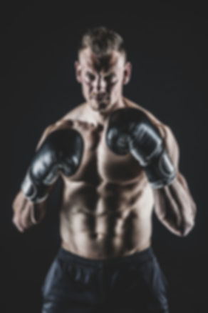 Ben jij een fanatieke boxer of kickboxer en wil jij hier graag een paar stoere portretfoto's van laten maken? Studio86 is gespecialiseerd in fitness en sport shoots! De beste in Zuid Holland.  Are you an enthusiastic athlete and do u wanna make a nice photo of that? This photo is made by a famous sport photographer in her photostudio.
