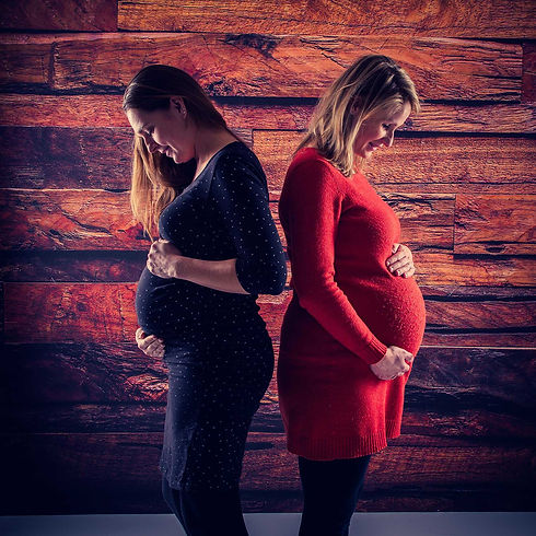 Nikki is een goede zwangerschapsfotograaf en maakt hippe zwangerschapsfoto's in haar moderne fotostudio. Wil jij ook samen met jouw vriendin of zus die in verwachting is een zwangerschapsreportage samen maken? Dat kan!