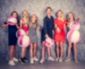Deze 6 tieners gooien een strandbal naar de fotograaf toe! Deze speelse foto is gemaakt tijdens een fotoshoot van een kinderfeestje bij Studio86. Niet alleen kunnen we gebruik maken van strandballen maar ook zijn er andere party props aanwezig in de studio.  Girlfriends with beach balls. Studio photography.