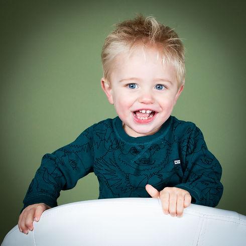 Creatieve kinderfotograaf in Zuid Holland gezocht? Kom naar deze fotostudio voor de leukste, vrolijkste en meest originele portretfoto's.  Creative kids photographer Nikki Hoff is specialised in photographing kids. Young boy on a white chair.
