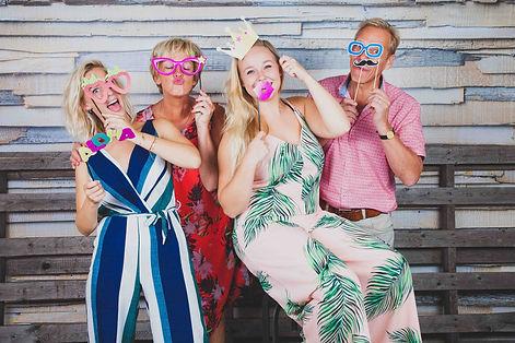 Voor de meest spontane fotoshoot met het gezin ga je naar Studio86 in Alphen aan den Rijn. Nikki is de aangewezen fotograaf voor het laten maken van een gezinsfoto.  Fun and spontaneous family picture.