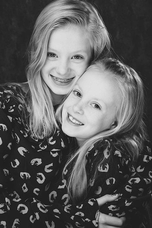 De beste kinderfotograaf in Nederland is Nikki Hoff van Studio86. Nikki is gespecialiseerd in studiofotografie en weet van iedereen een mooie portretfoto te maken. Deze zwart/wit portretfoto van 2 zusjes is gemaakt met een reflectiescherm en haarlicht. Wil jij ook een fotoshoot boeken voor jouw dochters dan kan je een email sturen naar info@studio86.nl