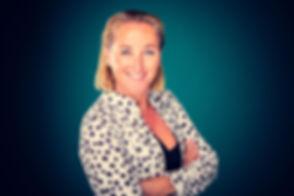 Deze dame draagt een wit jasje met zwarte stippen. Met dit jasje en de turquoise achtergrond valt haar zakelijke profielfoto goed op tussen alle andere profielfoto's. Deze zakelijke profielfoto kan zowel op linkedin als andere social media worden gebruikt. Wil jij een uitgebreide zakelijke fotoshoot boeken? Beroemde fotograaf Nikki Hoff helpt je graag bij het maken van een professionele profielfoto.
