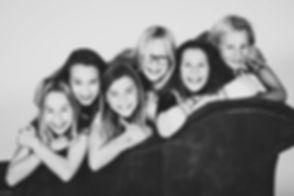 Fotoshoot voor kinderen nu ook te boeken bij Studio86 in Zuid Holland!  Professional photograph of 6 young girls who are friends.