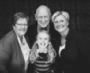 Familieportret van opa, oma, moeder en dochter. Zwart wit portretfotografie, gemaakt in de fotostudio, Studio86.nl Wil jij ook een professionele portretfoto laten maken, of deze fotoshoot cadeau geven? Bij Studio86 kan jij een spontane fotoshoot boeken. Family portrait of grandpa, grandma, mother and daughter. Black and white portrait photography made in the photo studio.