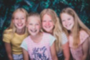 Studio86 is een hippe en moderne fotostudio die o.a. beschikt over deze jungle setting. Hier zie je 4 jonge meiden (tieners) die een kinderpartijtje hebben gevierd in de fotostudio.