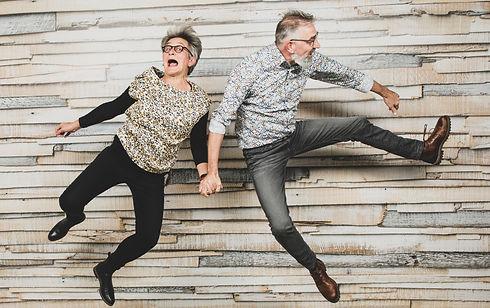 Grappige, spontane foto van een liefdes stel. Creative fotografie bij Studio86.  Fun, spontaneous photograph of an older couple. Creative portrait photography in the studio.