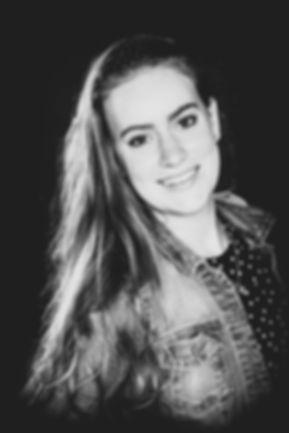 Wil jij ook een stoere portretfoto laten maken? Nikki is een professionele fotograaf en is gevestigd in Alphen aan den Rijn op de Antonie van Leeuwenhoekweg. De fotostudio staat geheel tot jouw beschikking tijdens de shoot.  Black and white portrait photo. Made by a professional photographer.