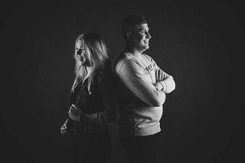 Een stoere zwart wit foto van een broer en zus. Deze toffe portretfoto is gemaakt in de moderne fotostudio van Nikki Hoff. Zij is één van de beroemde fotografen van Nederland en is gespecialiseerd in portretfotografie binnen de fotostudio.