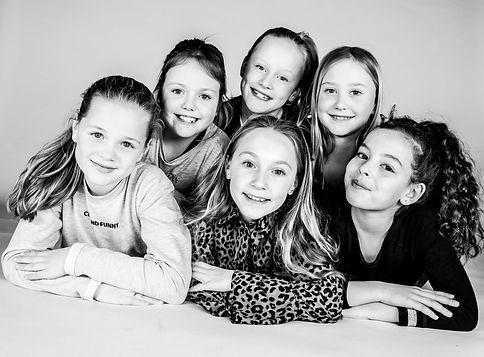 Stapelen! Zwart/ wit foto gemaakt tijdens een kinderpartijtje in de fotostudio van Nikki Hoff in Alphen aan den Rijn.  Pretty young girls photographed by professional kids photographer. Kids birthday party.
