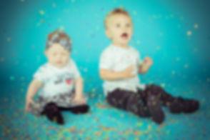 Confettishoot kinderen met een blauwe achtergrond. Bij studio86 maken we er een feestje van tijdens een kindershoot! Ik ben een professionele kinderfotograaf en maak graag prachtige portretfoto's van jouw kids.  Confetti and a blue background make this a really fun and colourful photo. During a kids shoot we will use a lot of props.