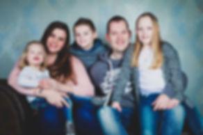 Gezinsfoto gemaakt in een fotostudio. Fotoshoot van een samengesteld gezin.  Family photo made in a photostudio.