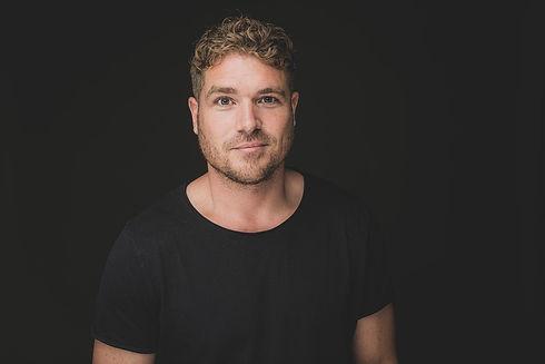 Deze portretfoto van de aantrekkelijke Derk Legerstee is gemaakt door de bekende fotografe van fotostudio Studio86 in Alphen aan den Rijn. Wil jij jouw casting portfolio aanvullen met professionele, creatieve castingfoto's? Dan is dit de fotograaf voor jou!