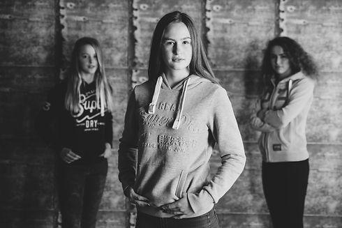 Nikki Hoff van Studio86 is een bekende zussen fotograaf in Zuid Holland. Voor een mooie portretfoto van jou en jouw zus, helpt zij je graag.  Urban photography in the photo studio.