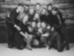 Dit is een zwart wit familieportret. Wil jij ook een fotoshoot met jouw gehele familie boeken? In de fotostudio van bekende fotograaf Nikki Hoff kunnen tot wel 12 familieleden samen op de foto! Nikki is een goede fotografe en fotografeert voornamelijke grote families. Deze familie fotoshoot is ook op zondag te boeken.