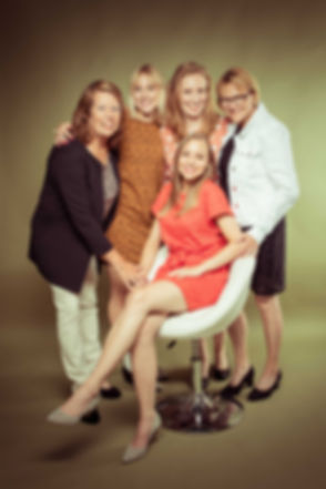 Fotoshoot van 5 dames. Zusjes, moeders en schoonmoeder en schoonzusje. Een familie fotoshoot boeken in de fotostudio kan bij Studio86. Photoshoot of 5 woman. Sisters, mothers, mother in law and sister in law. A family photoshoot can be booked at this photo studio.