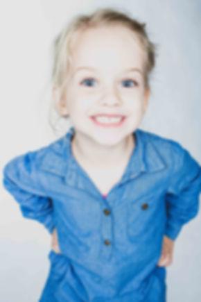 Wil jij ook zo'n gave portretfoto van jouw dochter laten maken? Fotografe Nikki Hoff helpt jou hier graag bij in haar fotostudio in Alphen a/d Rijn.  Little girl with big blue eyes. Studio photography.