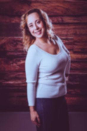 Deze vrolijke dame wilde haar fotoshoot boeken bij goede fotografe Nikki Hoff in haar fotostudio in Alphen aan den Rijn. Er is voor deze portretfoto gebruikt gemaakt van een reflectiescherm en haarlicht. Deze blije dame met haar gele jasje staat voor de jungle setting die aanwezig is in de studio.