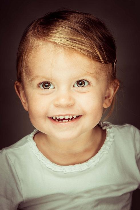Close up kinder portretfoto gemaakt in de fotostudio, Studio86.nl Gemaakt tijdens een kindershoot.   Headshot of a young girl. Made in a photostudio during a children's photoshoot.