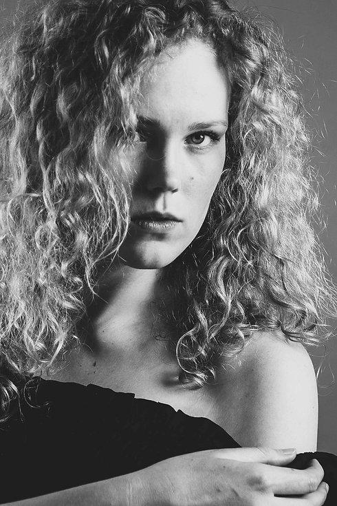 Wil jij je ook model voor 1 dag voelen? Tijdens deze glamourshoot maak ik net zulke mooie portretfoto's als deze zwart wit foto van een sexy dame. Deze portretfoto is gemaakt in de fotostudio van Studio86, de meest bekende fotostudio in zuid holland. Ook kan deze fotoshoot dienen om jouw portfolio uit te breiden.