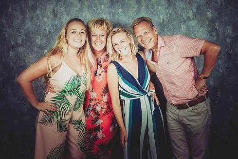 Fotograaf voor een gezinsfoto gezocht? Deze bekende fotograaf van fotostudio Studio86 helpt jouw graag!  Book a photographer who is specialised in family photography.