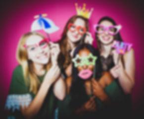 Wil jij ook een professionele portretfoto laten maken van jou en jouw beste vriendin? Boek dan een fotoshoot bij Studio86. Grappige foto.  Funny picture made with a pink background and party props.