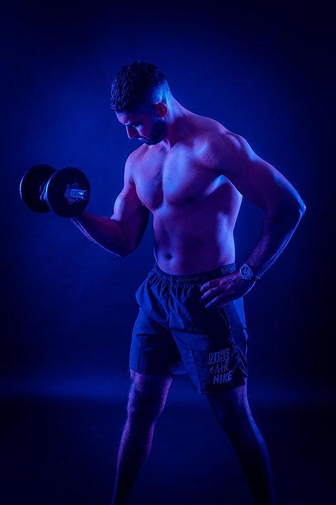 Deze gespierde man is aan het trainen met een gewicht op de foto. Door deze beweging komt zijn spierbal extra goed uit op de foto. Wil jij ook zulke sportieve foto's laten maken? Boek dan nu een fitness fotoshoot! Speciaal om jouw lichaam op zijn gespierdst te laten vastleggen!