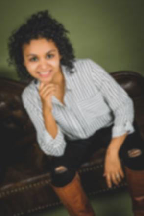 De fotoshoot van deze vrouw is gemaakt met een olijfgroene setting en een Chesterfield bank. De portretfoto's zijn o.a. bedoeld voor linkedin en website.  Professional linkedin photography by Nikki Hoff.
