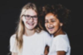 Wil jij een tijdens een kinderfotoshoot diverse foto's laten maken, zodat er een leuke en gevarieerde fotoshoot ontstaat? Bekende fotogaaf Nikki Hoff helpt jou hier graag mee!  Sisters! This professional photo is made during a kids shoot. Made by a famous photographer.
