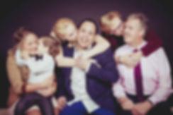 Er word een dikke zoen op de wangen gegeven van familieleden tijdens deze familie fotoshoot.  Spontaneous photoshoot of a happy family.