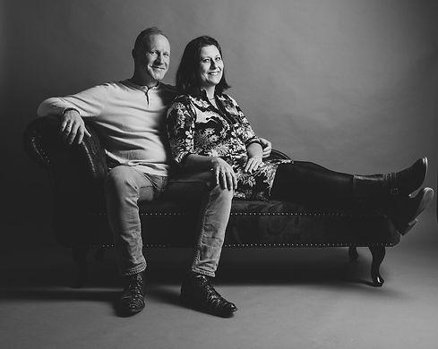 Wil jij een fotoshoot boeken samen met jouw partner? Tijdens deze liefdes fotoshoot zullen er mooie, creatieve portretfoto's van jullie samen worden gemaakt. Er zullen ook verschillende meubels zoals deze chesterfield bank worden gebruikt en de foto's kunnen zowel in kleur als zwart wit worden aangeleverd.