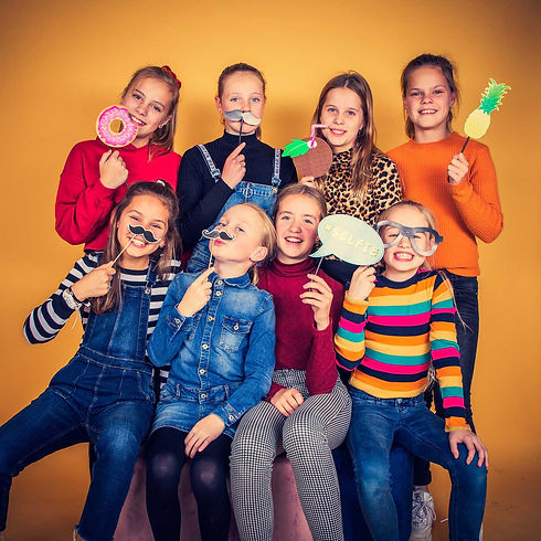 Voor het leukste kinderpartijtje in Alphen aan den Rijn boek je een fotoshoot in de fotostudio van Nikki Hoff. Tijdens deze fotoshoot maken we gebruik van partyprops zoals je hier op de foto ziet. Dit kinderpartijtje was een feestje om te fotograferen! Een creatieve, ontspannen en gezellige fotoshoot!