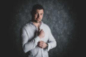 Sexy man knoopt zijn blouse los! Wil jij ook een stoere of sexy portretfoto laten maken? Dan is deze fotograaf hier het meest geschikt voor in de regio zuid holland.  Sexy man opens up hes buttons from hes blouse. A photo made in a photostudio in the Netherlands.