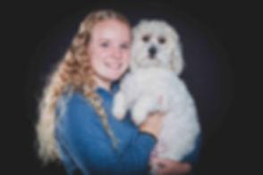 Wat een lieve portretfoto van hond en baas! Deze hond deed het ontzettend goed tijdens de fotoshoot! White fluffy dog with bos photographed professionally in the photo studio.
