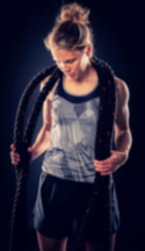 Check deze fitgirl stoer op de foto staan! Deze sportfoto is gemaakt tijdens een fitness shoot door de fitness fotograaf van Studio86 in Alphen aan den Rijn.  Tough fitgirl with a rope on her neck. Made during a fitness photoshoot.