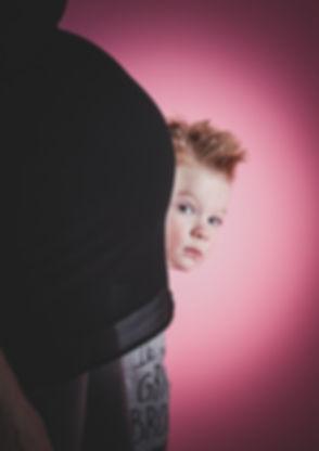 Wanneer fotoshoot zwangerschap. Met 34 weken is het de mooiste tijd voor deze shoot.  This little boy is gonna be a big brother. He's mommy is pregnant. This photo is made during a professional pregnancy shoot.