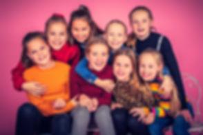 Fotoshoot kinderfeestje. Wil jij jouw dochter een onvergetelijk kinderfeestje bezorgen? Boek dan een fotoshoot voor haar en haar vriendinnetjes! Deze foto van 8 jonge meiden is gemaakt in fotostudio Studio86.nl Een gezellige fotoshoot waar we gebruik maken van confetti en andere party props.