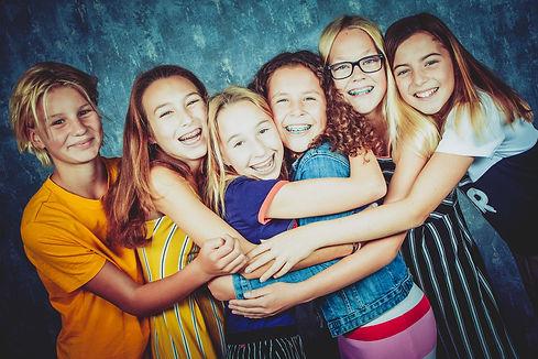 Laat een fotoreportage maken bij in de fotostudio van Nikki Hoff tijdens een kinderpartijtje! Tijdens deze fotoshoot zullen we gebruik maken van confetti en andere props!  Six girls cuddling during a kids photoshoot.