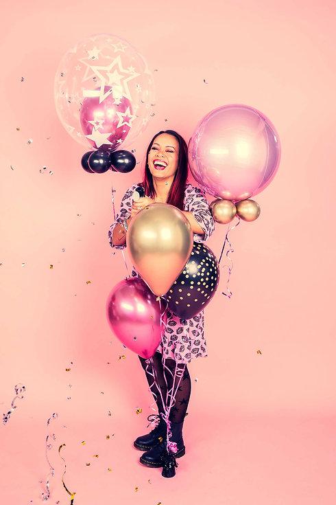 Ben jij binnenkort jarig en wil je een verjaardags fotoshoot boeken? Nikki is een bekende fotograaf en heeft o.a. deze roze achtergrond in de fotostudio die vrolijk overkomt in de foto. Ook zorg ik voor confetti en mag je zelf ballonnen meenemen. Natuurlijk is het ook mogelijk deze verjaardags fotoshoot cadeau te geven!
