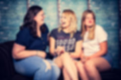 Grappige zussenfoto gemaakt tijdens een zussen fotoshoot in de beste fotostudio van Nederland. Ga jij een fotograaf zoeken die gespecialiseerd is in een portret fotoshoot? Dan is Nikki de beste fotograaf hiervoor. Funny sister photo made in the photo studio.